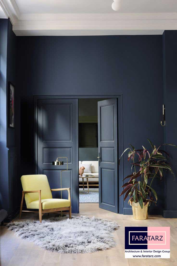 طراحی داخلی با رنگ تیره در فضای داخلی راهرو